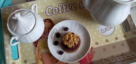 Gelatina di tè ai frutti rossi con base di pan di spagna