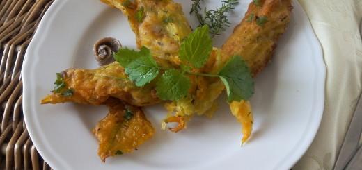 Fiori di zucchina in pastella con ripieno di mare, timo e melissa