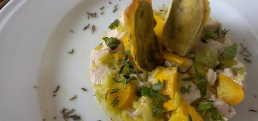 Insalata tiepida di pollo con zucchine gialle, porri e salvia in pastella